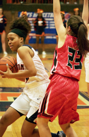Girls basketball team seeks first victory against New Trier since 2012-13